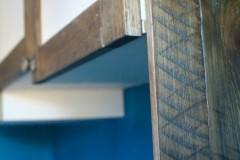 Aménagements placards dressings partiellement récup. Palettes récupérées et bois composite. Finition peinture acrylique sur mesure, et vernis chêne foncé.