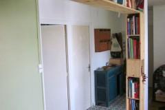 Bibliothèque 100% récup, bois de coffrage récupérés, finition poncage brut.