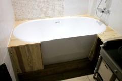 Habillage baignoire 100% récup, palettes récupérées, vernis chêne clair pour SDB.