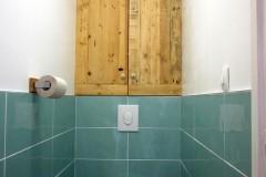 Placard de rangements WC, 100% récup, palettes récupérées et contreplaqué oukoumé en fond. Finition vernis chêne doré.