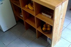 Réaménagement partiel, cuisine 100% récup, palettes récupérées, finition vernis chêne doré et chêne clair.
