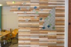 Cloison d'espace de co-working, récup de palettes et incrustation de vitraux, finition échantillonnage de teintes et huile incolore.