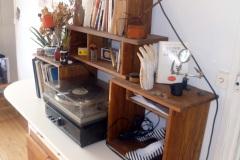 Bureau en palettes récupérées et panneaux blancs laqués, finition huile teintée chêne moyen.