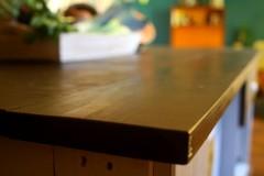 Cuisine 100% récup, palettes récupérées, bois de coffrage pour les plans de travail et bois composite pour les caissons. Finitions peinture acrylique blanc de gris, et huile teintée coffee.