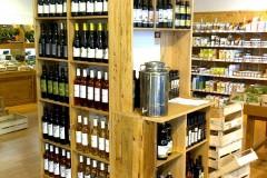 Présentoir à vins dans magasin Bio, 100% récup, palettes récupérées et finition huile teintée miel.